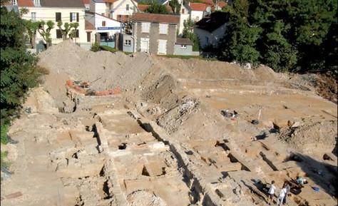 Bâtiments religieux des XIIe et XIVe-XVe siècles.
