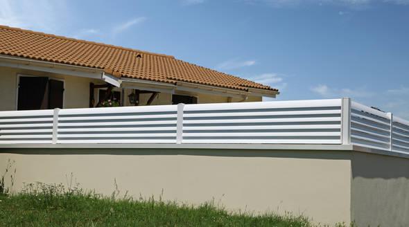 Un muret surmonté d'un brise vue opaque en PVC n'est pas autorisé par le PLU.