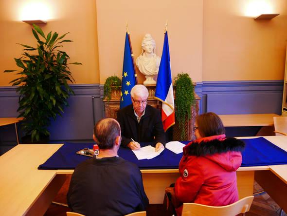 La première cérémonie officielle de remise du Pacs a été célébrée, en mairie, en salle des mariages, mardi 23 janvier.